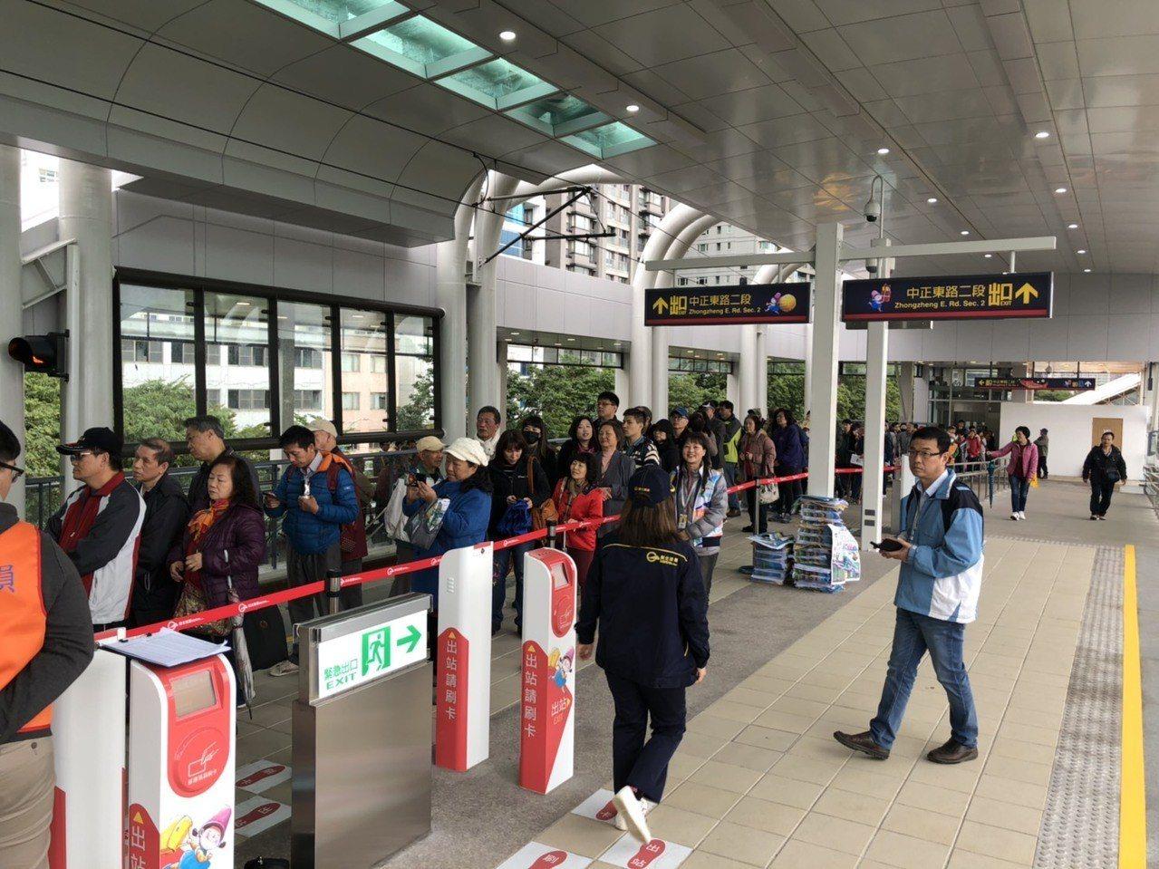 淡海輕軌今起試營運,紅樹林站是唯一與台北捷運銜接轉乘站,早上至下午大排長龍。記者...