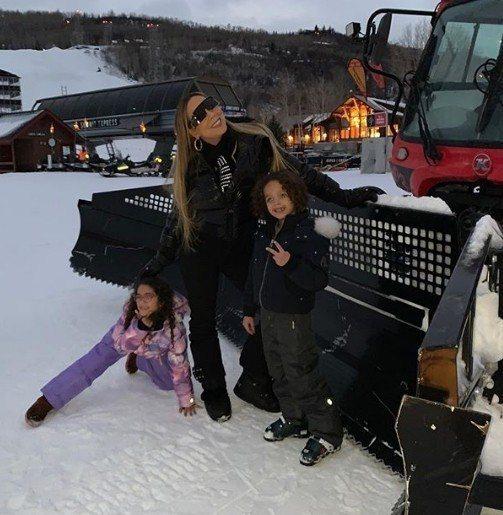 瑪麗亞凱莉(中)帶著一對子女摩洛哥(右)、夢露(左)前往美國科羅拉多著名滑雪勝地...