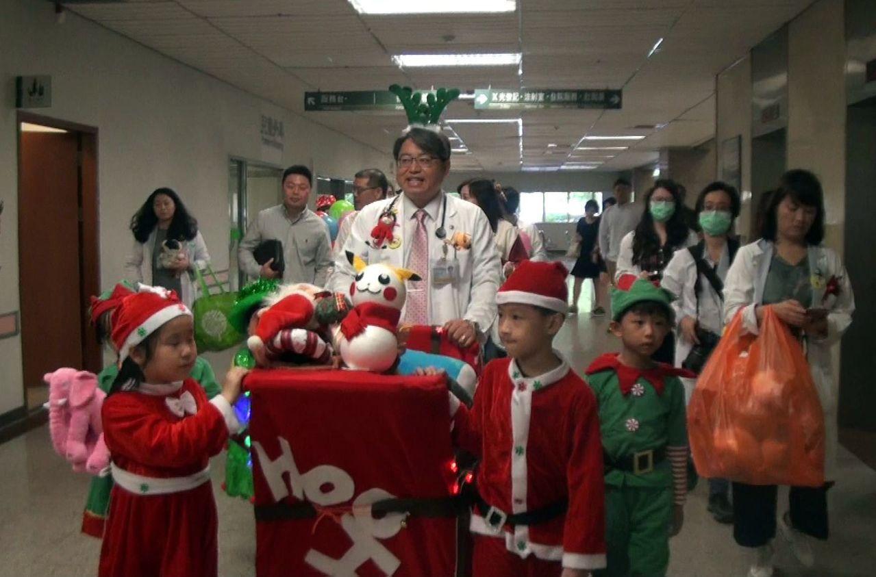 亨利幼兒園小朋友參與發送禮物行動,學習傳遞關懷與愛。記者王昭月/攝影
