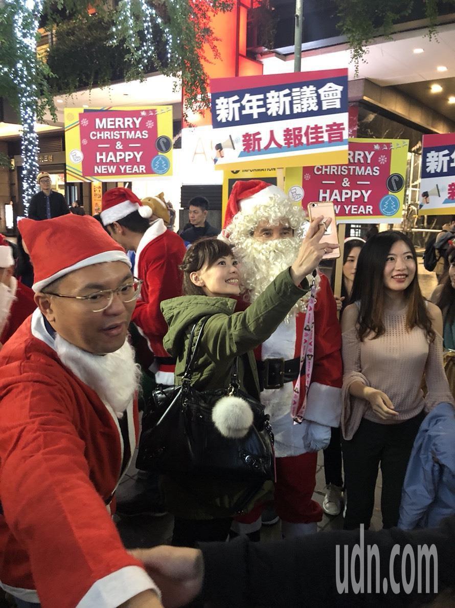前總統馬英九今晚扮成耶誕老人現身信義商圈,吸引不少民眾搶拍。記者陳靖宜/攝影