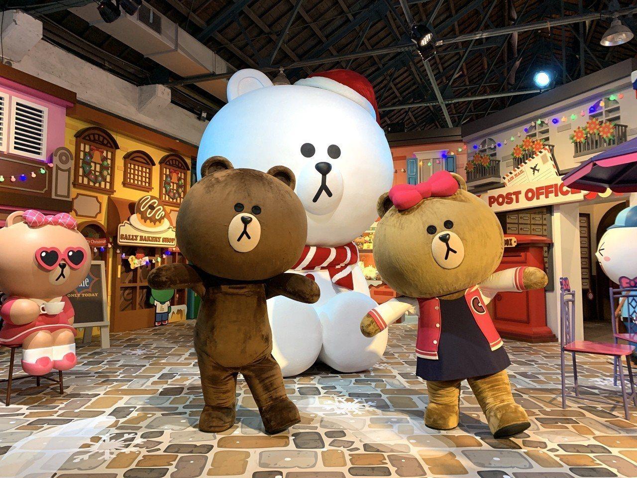 世界唯一3.5米高雪白熊大閃亮登場,成為歐洲聖誕廣場場景中的最佳拍照熱點。記者黃...