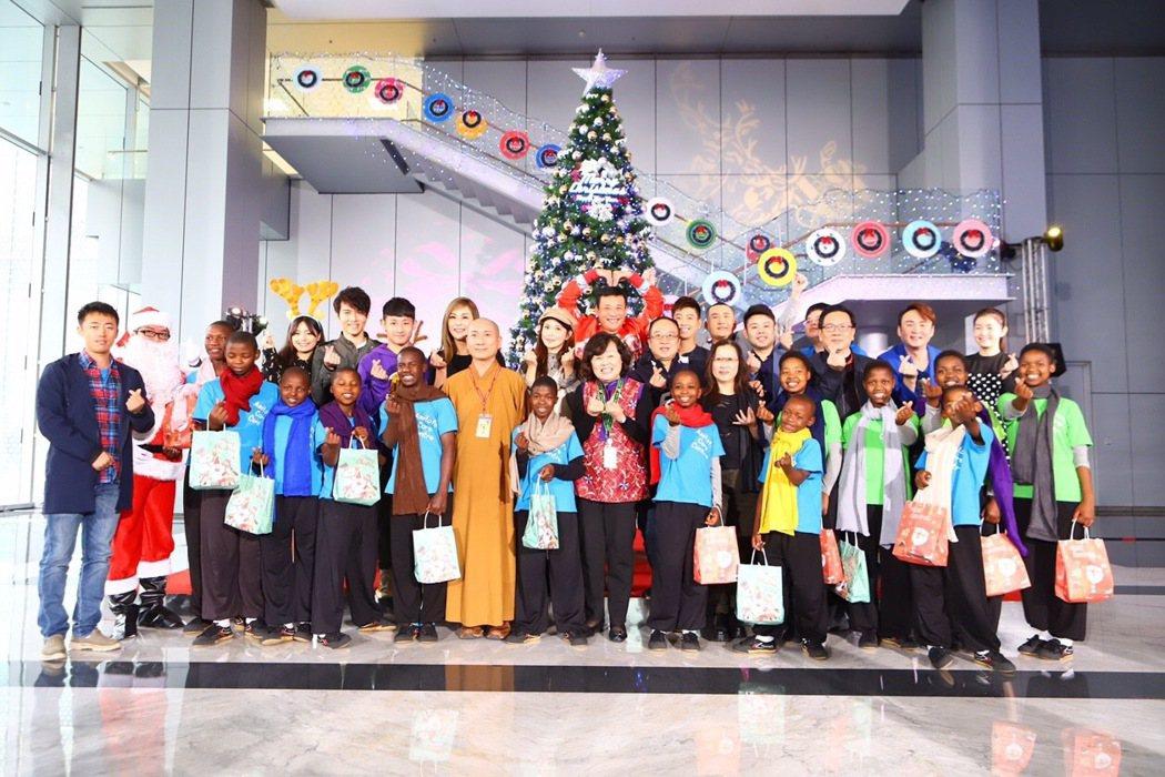 民視鳳凰藝能舉行聖誕感恩派對,大家合唱「快樂天堂」溫馨感人。圖/民視提供