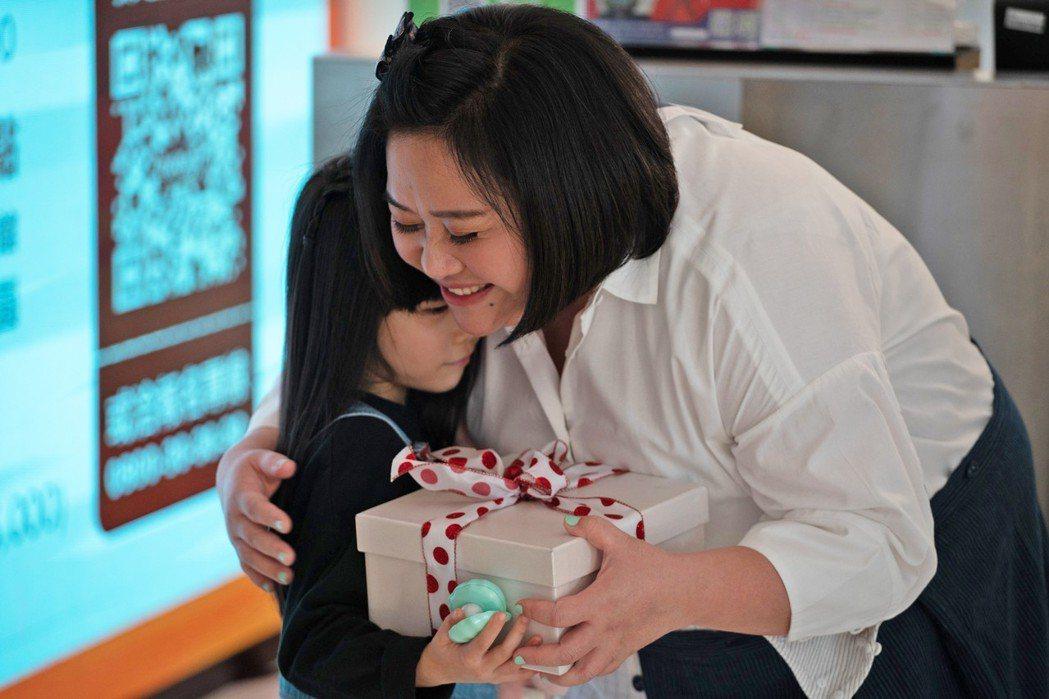 鍾欣凌(右)與女兒兔寶。圖/tutorJr 提供