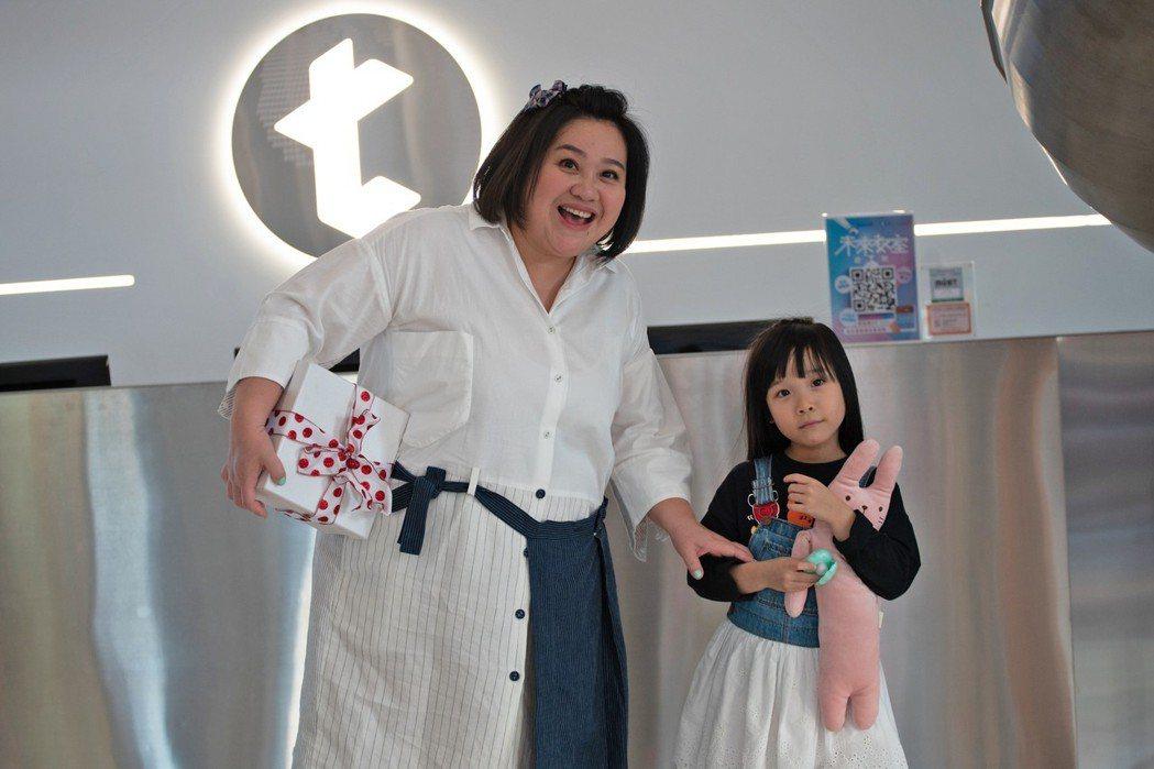 鍾欣凌(左)與女兒兔寶。圖/tutorJr 提供