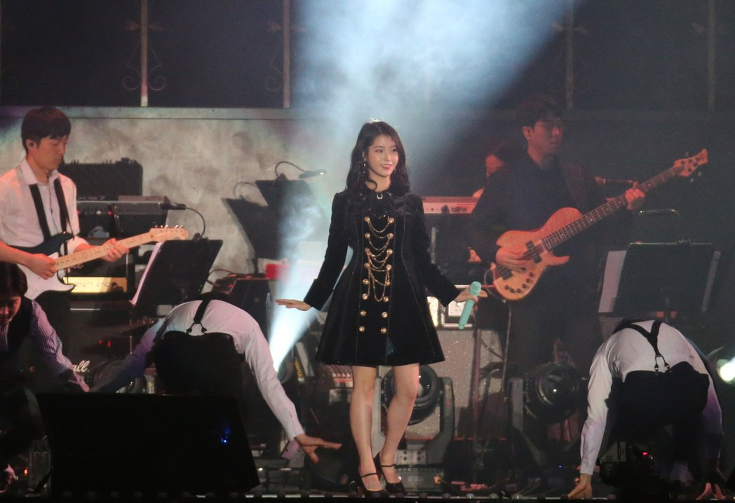 IU與舞者載歌載舞。記者許正宏/攝影