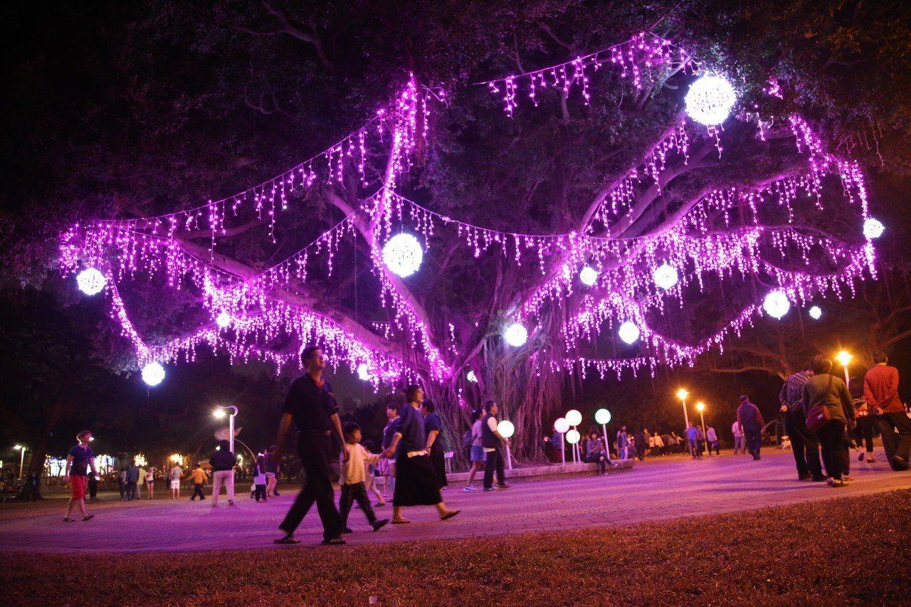 屏東市公所在千禧公園精心打造璀璨絢麗的7大主題燈區,今晚精彩點燈。圖/市公所提供