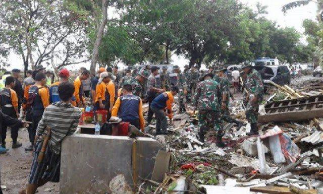 印尼軍方與搜救隊24日冒雨搜尋海嘯生還者。圖取自BNPB網站