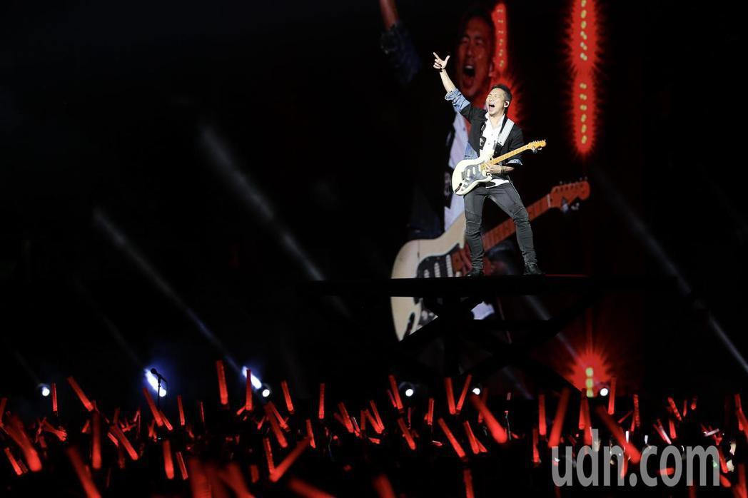 五月天在台中洲際棒球場舉行巡迴演唱會,吉他手石頭。記者余承翰/攝影