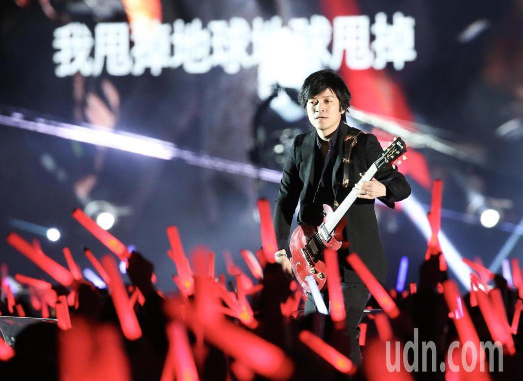 五月天在台中洲際棒球場舉行巡迴演唱會,吉他手怪獸。記者余承翰/攝影