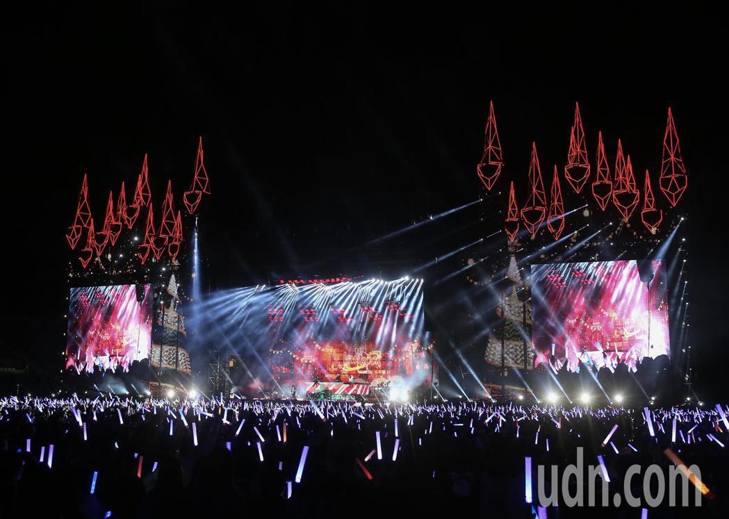 五月天在台中洲際棒球場舉行巡迴演唱會,舞台兩側點亮大型聖誕樹,陪同歌迷一起過聖誕...