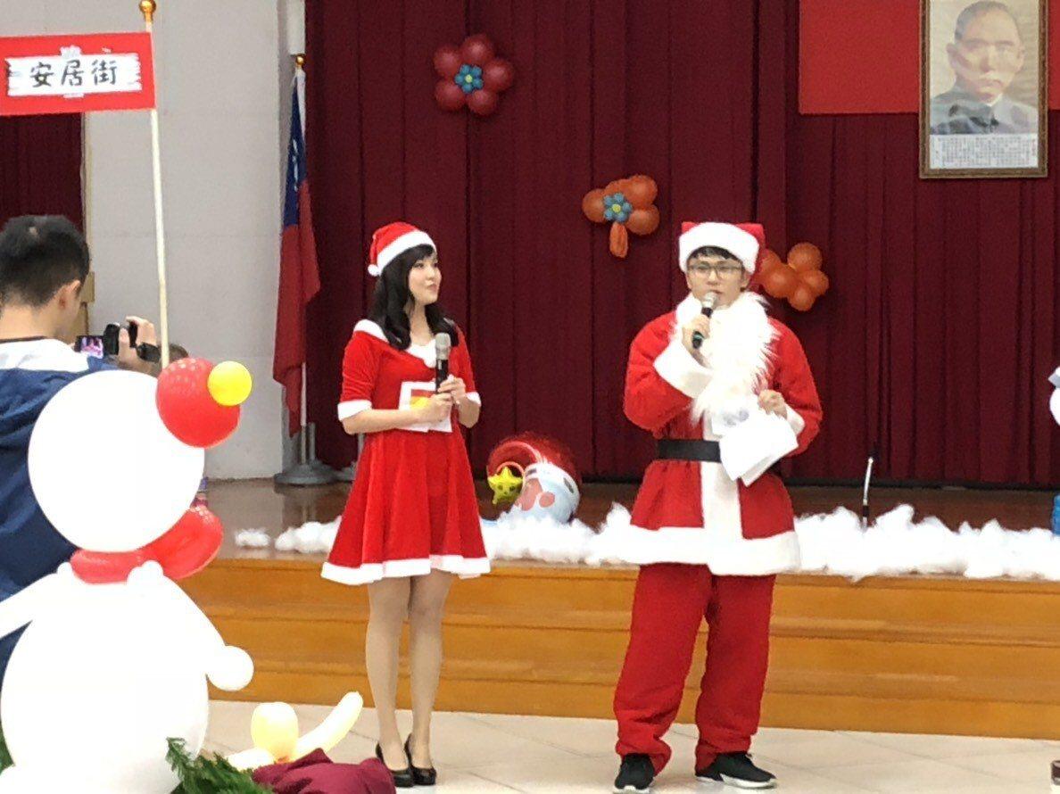 大安警分局將聯合勤教變成聖誕趴,讓同仁執勤前感受歡樂氣氛。記者廖炳棋╱翻攝