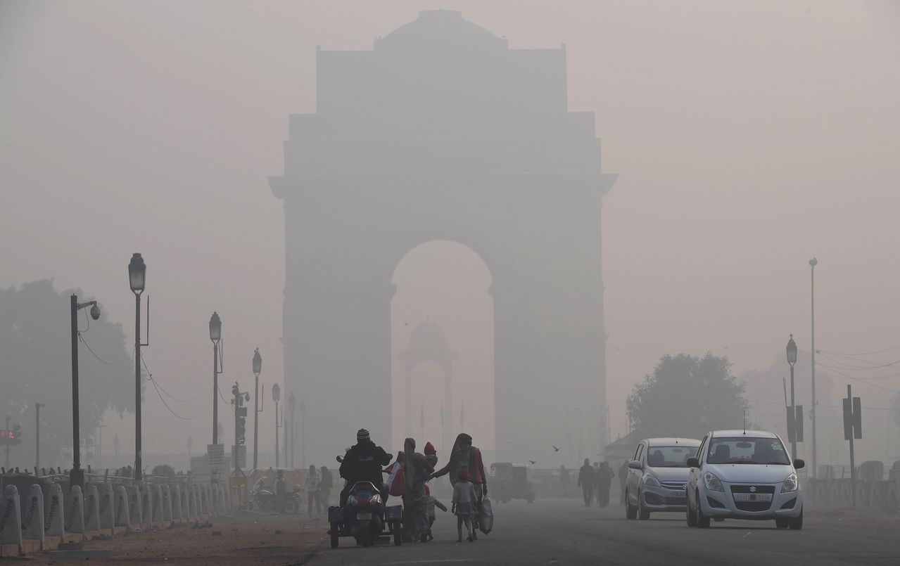 印度新德里空汙指數破表,市區廿四日遭霧霾籠罩。法新社