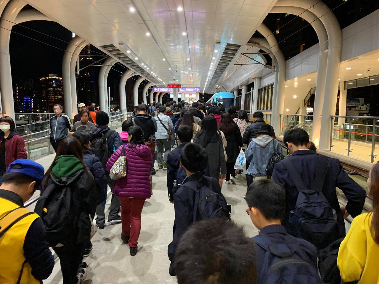 晚間8點半左右,輕軌紅樹林站陸續出現從北市下班課,要返回淡水的人潮。圖/民眾提供