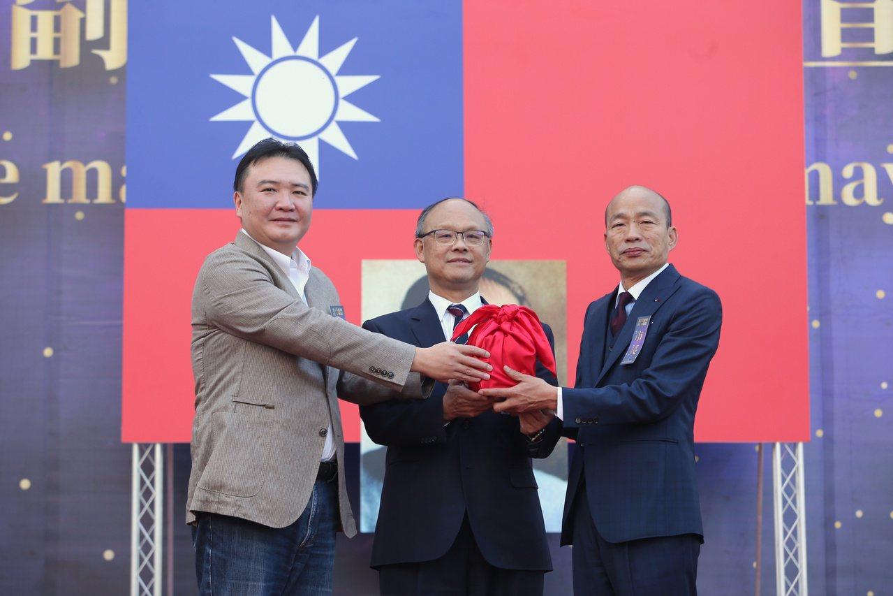 高雄市長韓國瑜(右)上午在愛河畔宣誓就職。記者林澔一/攝影
