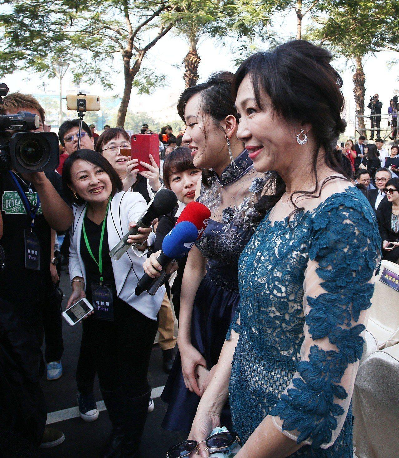 高雄市長韓國瑜夫人李佳芬(右)與女兒韓冰(中)上午盛裝出席高雄市長就職典禮。記者...
