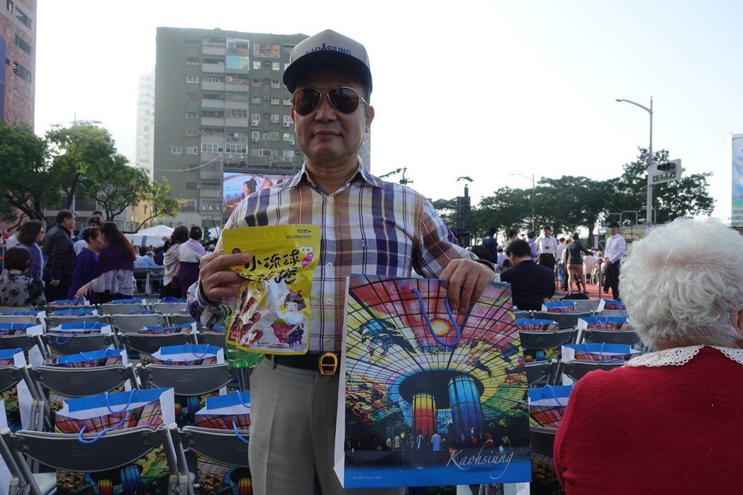 高市長韓國瑜就職典禮伴手禮,紙袋印上捷運美麗島站光之穹頂大廳圖樣,紙袋內有一頂印...