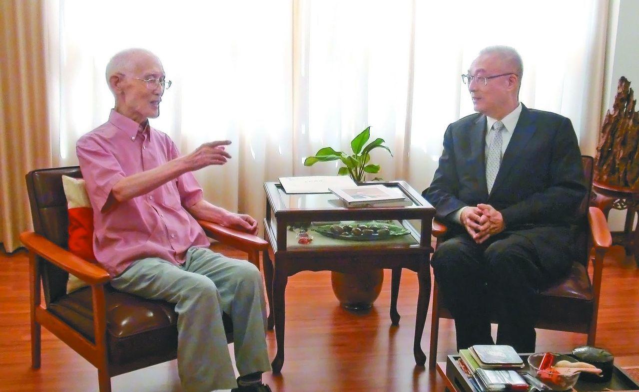 吳敦義任高雄市長時,與余光中在西子灣喝茶聊天。 圖/聯合報系資料照片