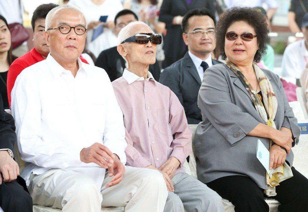 陳菊(右)與余光中(中)。 圖/聯合報系資料照片