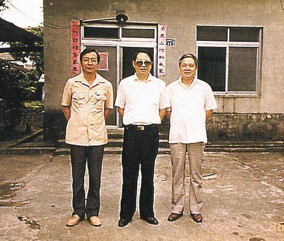 1986年,《創世紀》創刊「三巨頭」洛夫(中)、張默(左)、瘂弦,重回左營電台,...