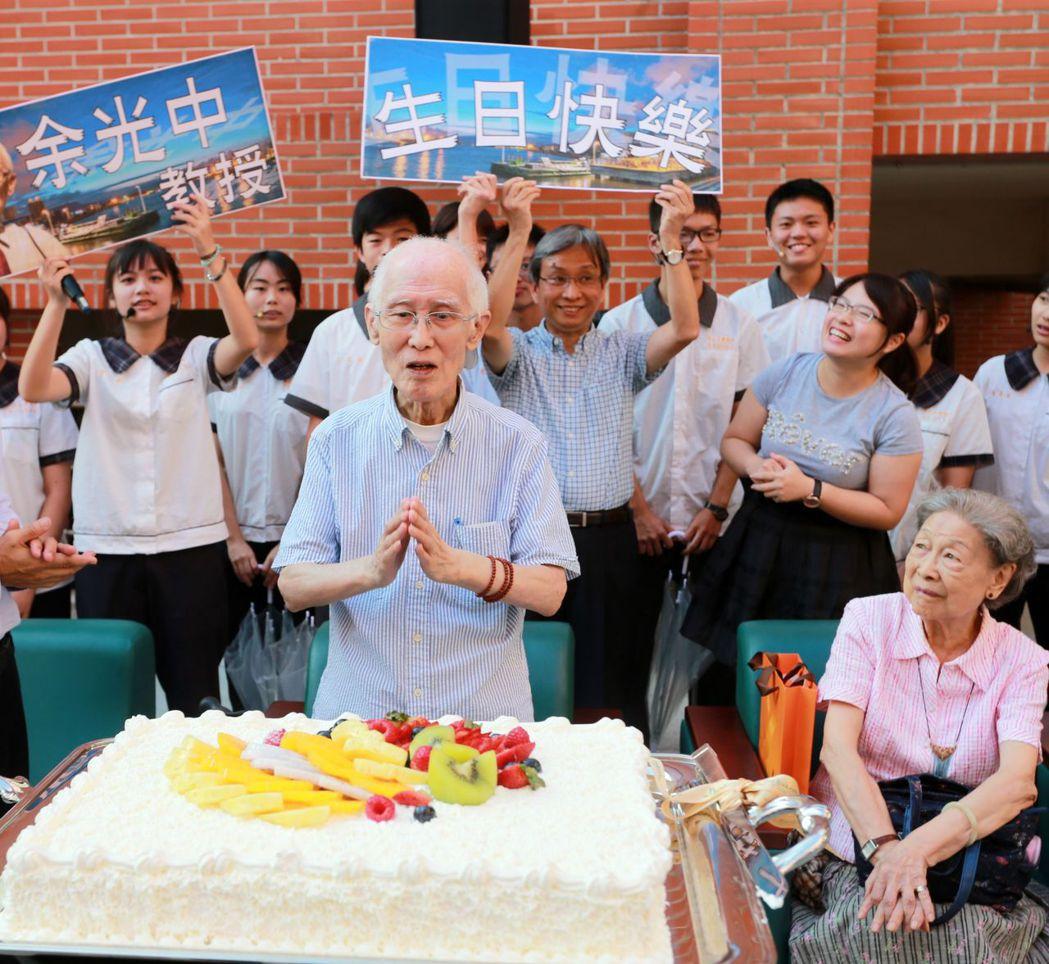 余光中九十大壽時,許願「天佑台灣、天佑西子灣!」 圖/聯合報系資料照片