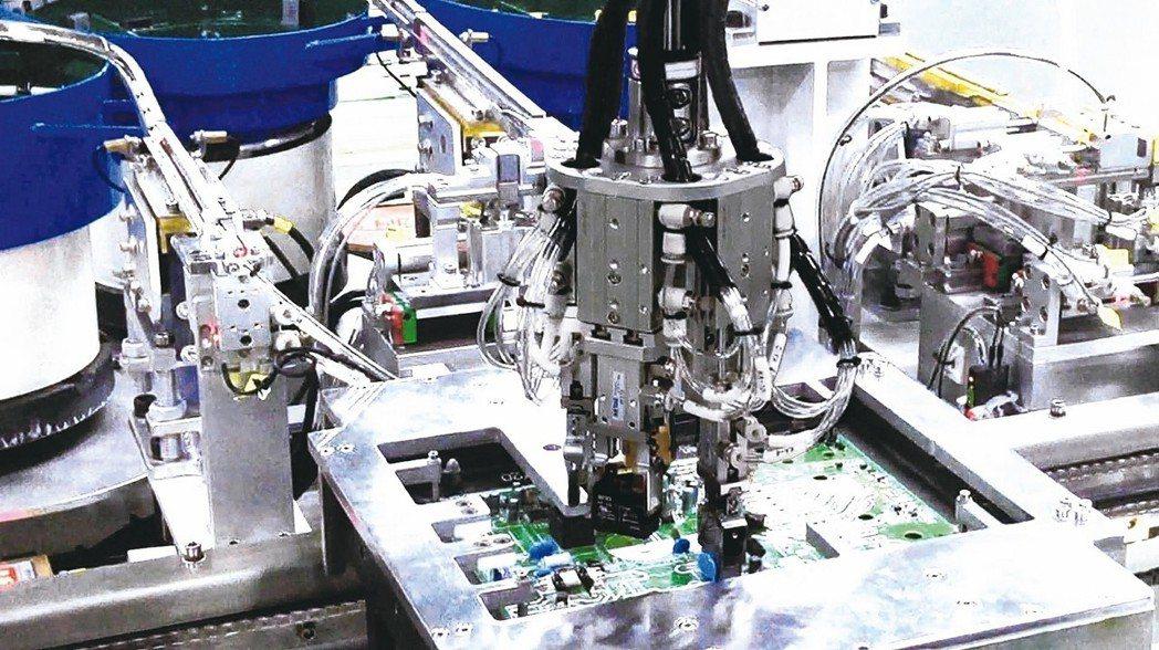 RODA系列的DIP異形插件機台,實際應用於產線的解決方案。 瑞精工/提供