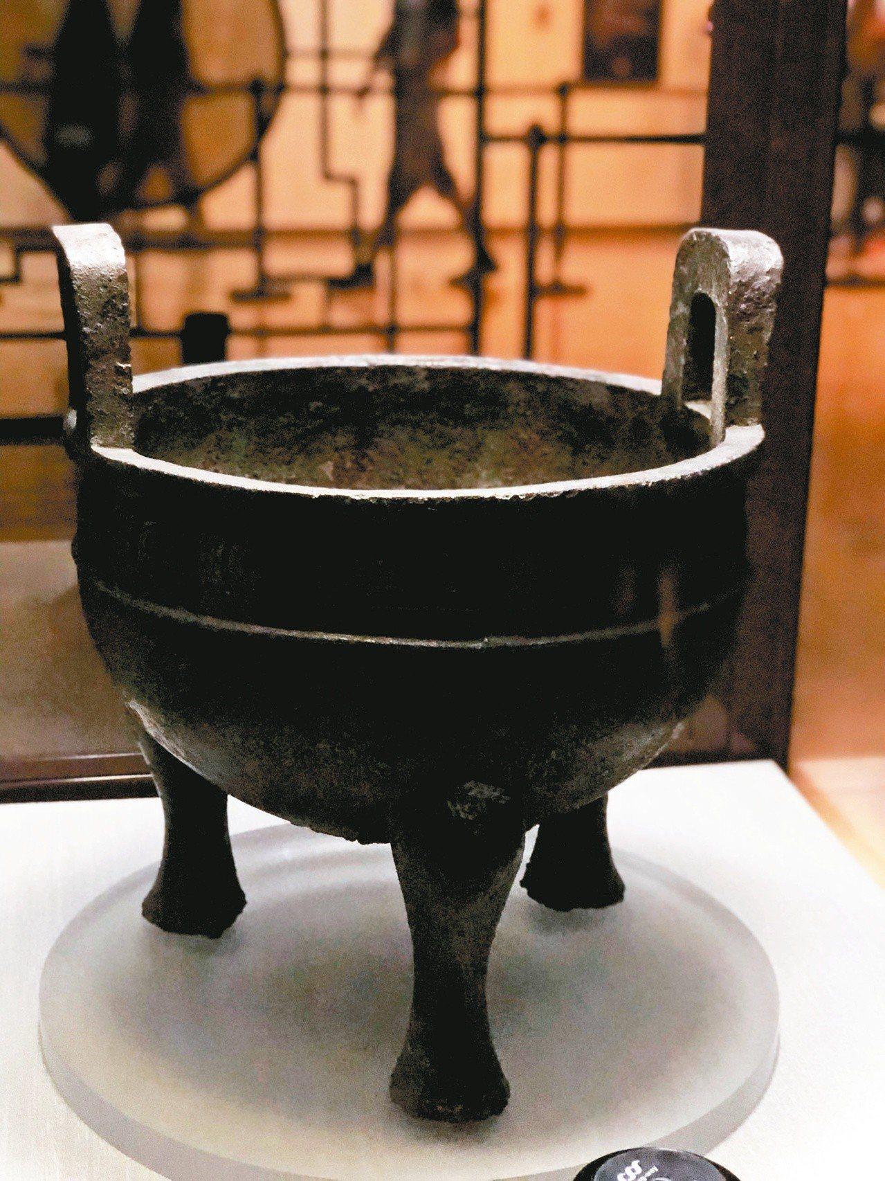 新故宮計畫在一年內得來回搬遷約60萬件文物,圖為國寶級的毛公鼎。 記者何定照/攝...