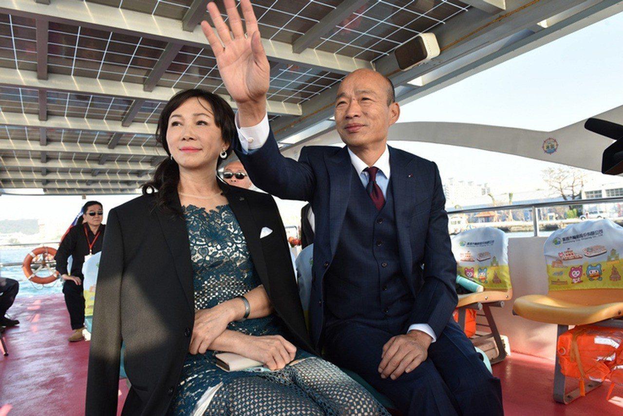 新任高雄市長韓國瑜(右)25日偕妻子李佳芬(左)搭乘「愛之船」到愛河畔就職典禮現...