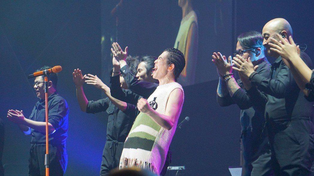 金曲歌王蕭敬騰24日在洛杉磯結束北美洲巡迴演唱,謝幕時握拳吶喊,情緒激動。中央社