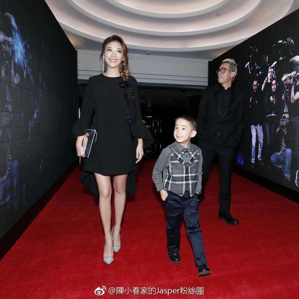 應采兒月中時也穿著寬鬆裙子現身。圖/擷自weibo。
