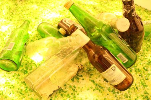 春池從玻璃回收瓶中,發展文創商機、創造經濟循環價值。 智造夢工業編輯小組/提供