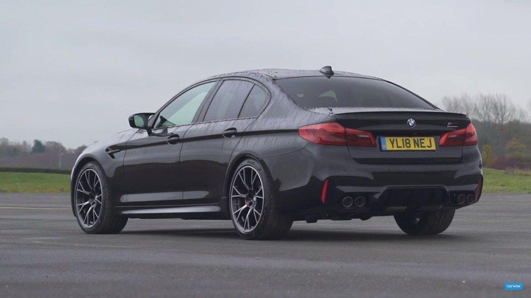 BMW M5 Competition搭載與標準版M5相同的4.4升V8雙渦輪增壓...