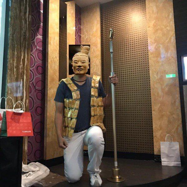 另外一位網友則是把旺旺仙貝做成可以穿在身上的背心 圖片來源/爆廢公社