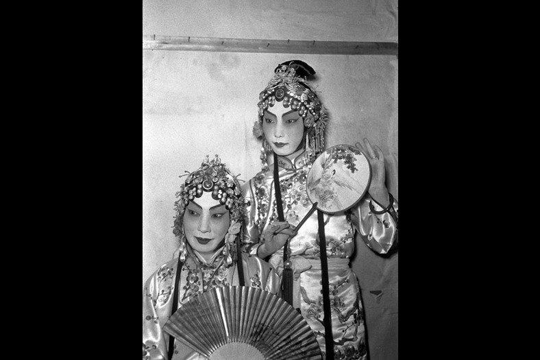 梅蘭芳在《霸王別姬》中成功把虞姬這個藝術形象推向巔峰。圖為1950年梅蘭芳(左)、梅葆玖(右)父子在上海同臺演出《遊園驚夢》。 圖/新華社
