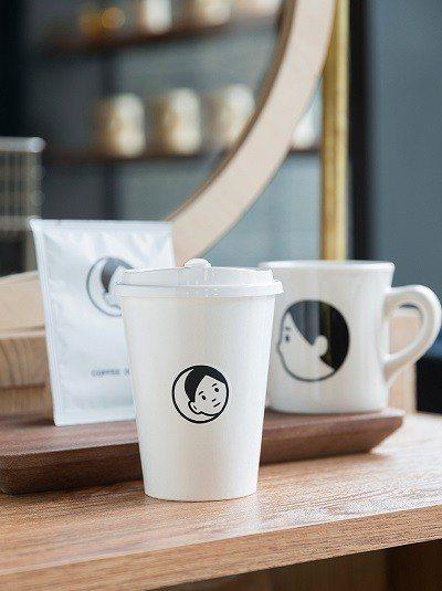 拿鐵咖啡100元/店內提供外帶咖啡,簡約、極具設計感的咖啡杯令人愛不 釋手。另販...