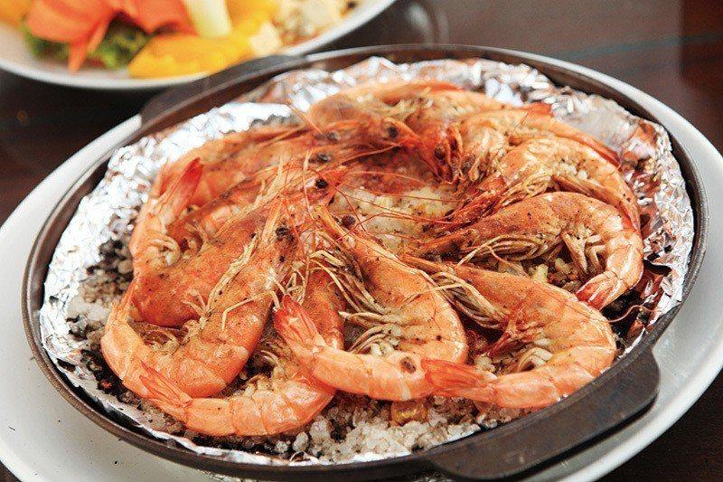 鹽焗蝦320元/外殼抹上了鹽的蝦子,融合鮮美肉質呈現鹹甜風味,在享用海鮮的同時,...