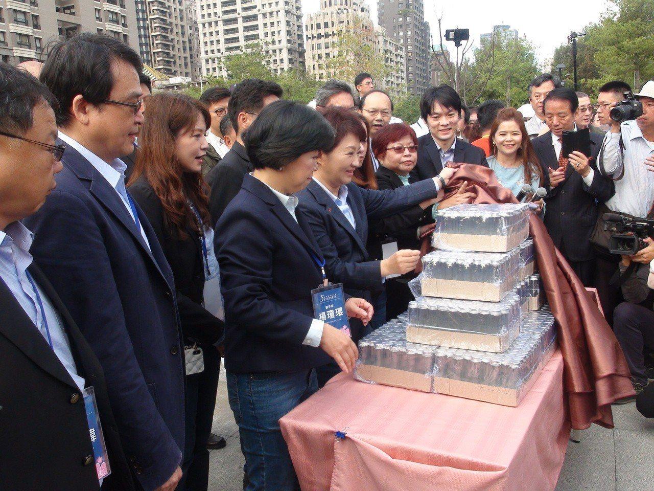 台中市長盧秀燕今天就職典禮,會後送出紀念品是一瓶從谷關採集來的新鮮空氣,現場發送...