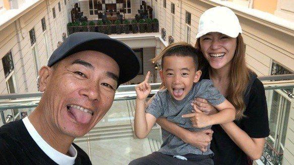 應采兒、陳小春一家人先前出外遊玩。圖/摘自IG