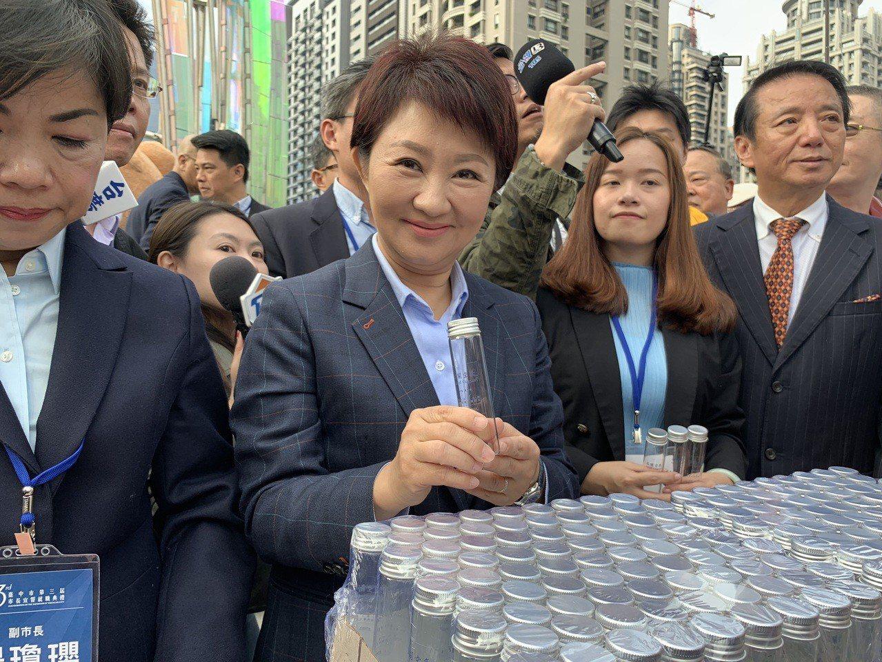 台中市長盧秀燕正式就職,她準備了「谷關空氣」送給市民當紀念品。記者喻文玟/攝影