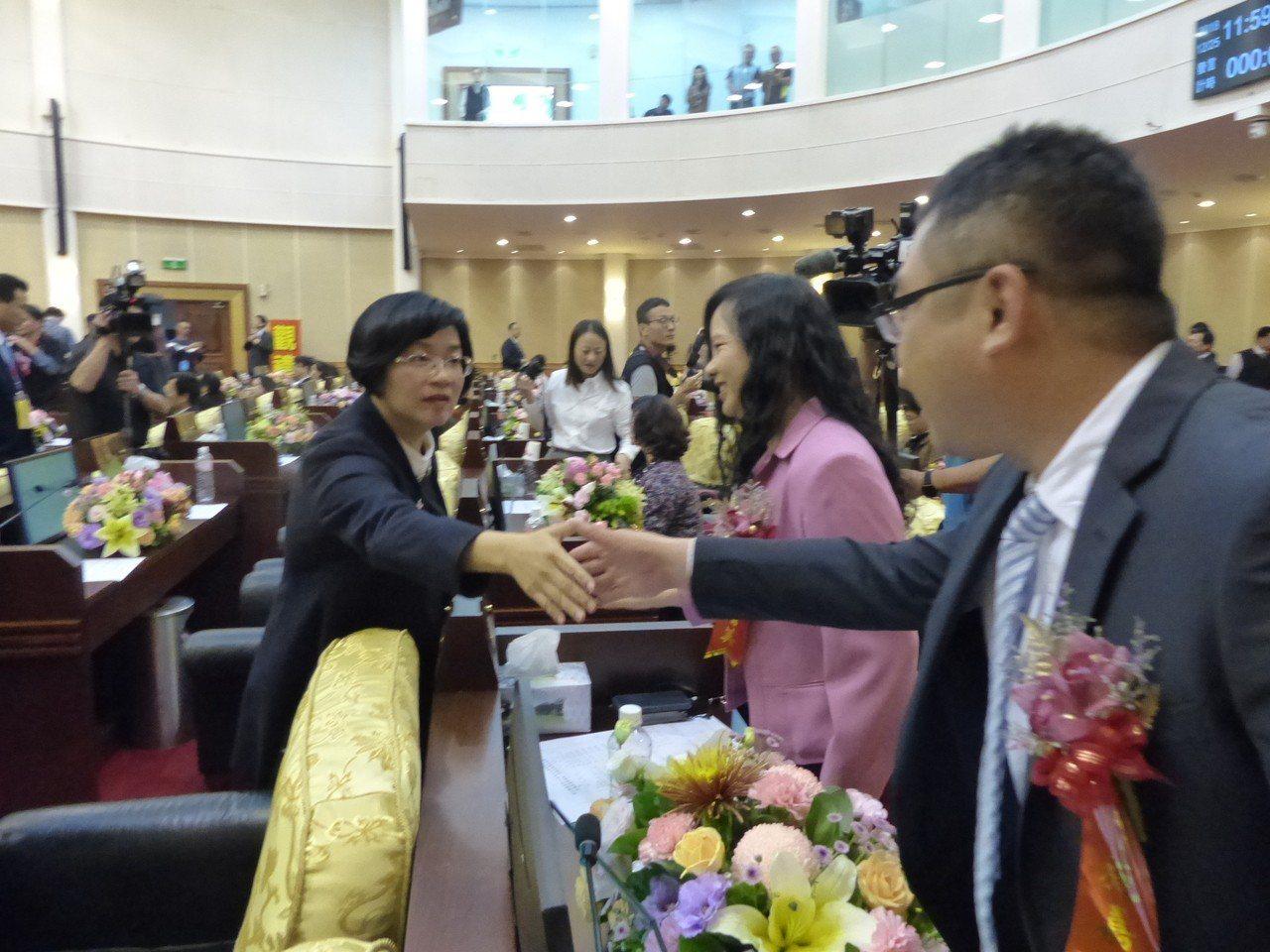 彰化縣正副議長選舉結束,新任縣長王惠美(左)到縣議會向議員致意。記者劉明岩/攝影