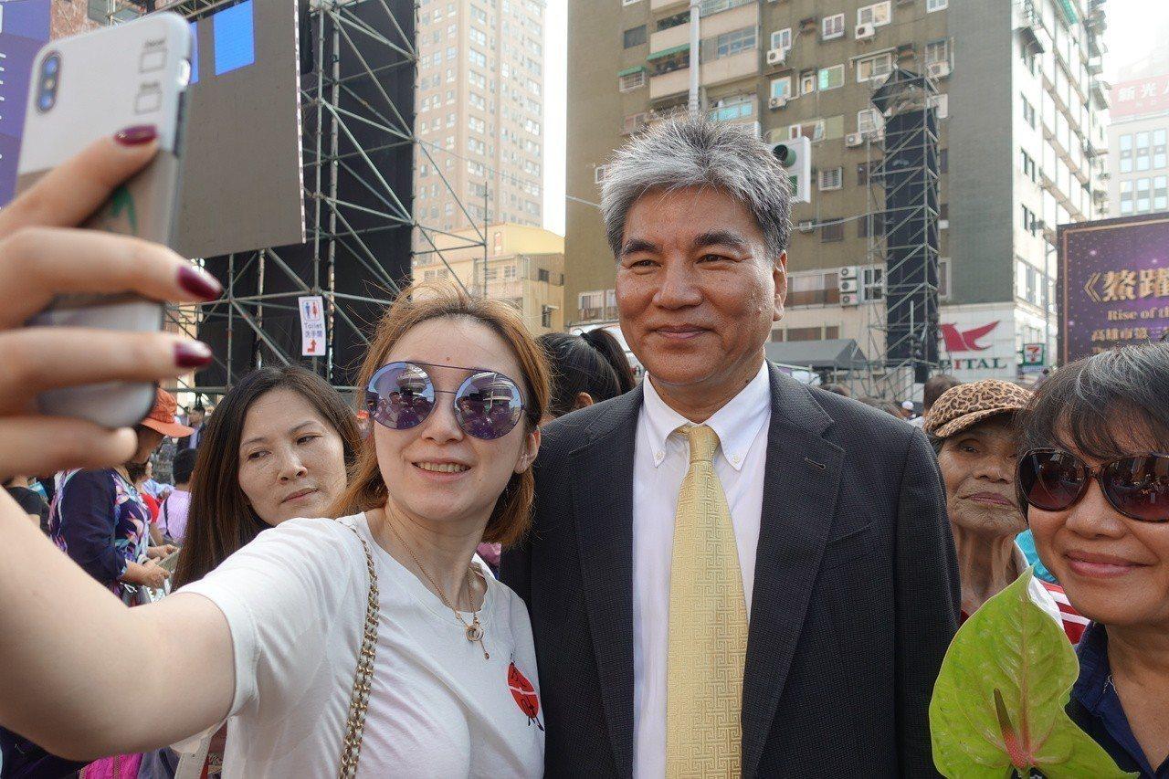 內政部前部長李鴻源(中)民眾爭相跟他合照。記者劉星君/攝影