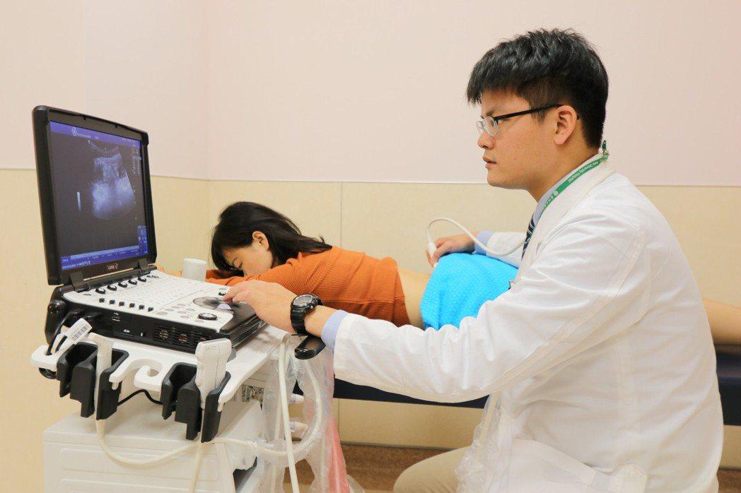 亞洲大學附屬醫院復健部醫師吳書毅表示,小面關節症候群的治療可考慮熱敷、拉腰等、徒...