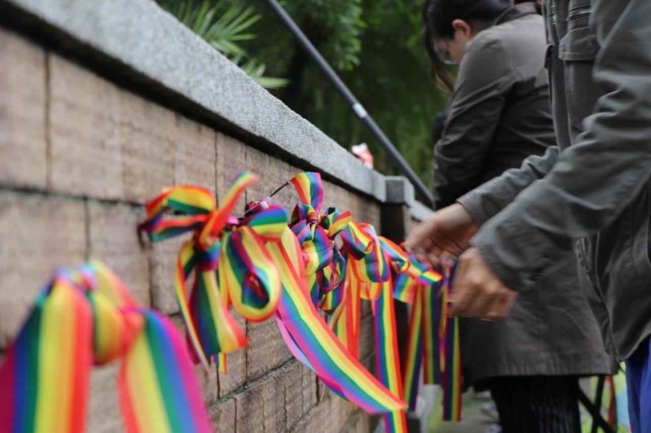 台大學生會今天聲援,並在校門口掛上彩虹旗,呼籲各級學校不應再使用「行政中立」作為...