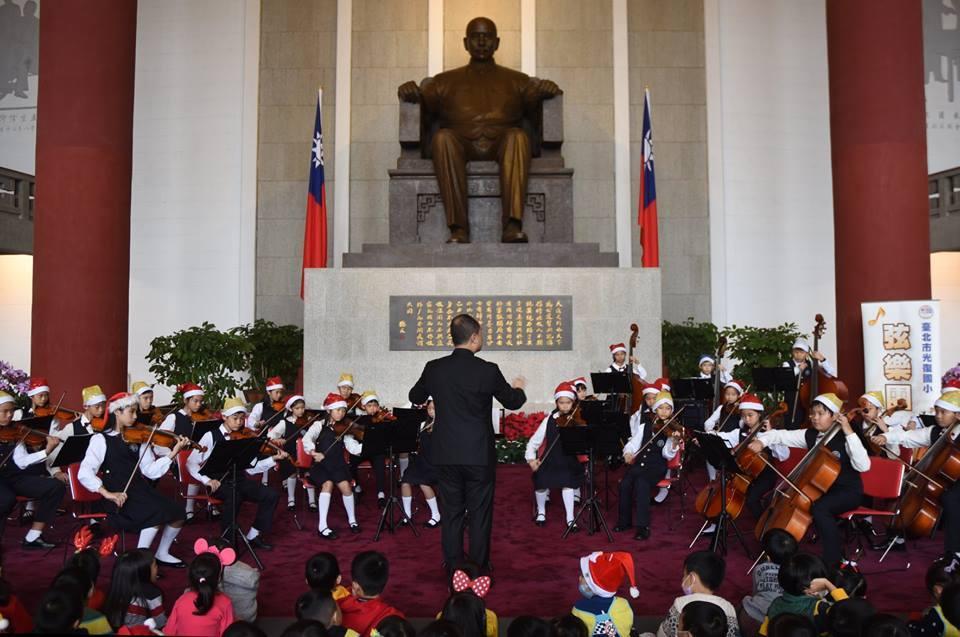 國父紀念館在國父銅像所在的正門大廳舉辦聖誕音樂會。圖/國父紀念館提供