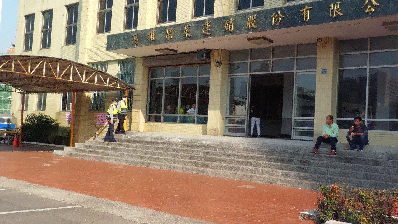 高雄市警方配合韓國瑜夜宿果菜市場,今天中午已進場管制車輛。記者林保光/攝影
