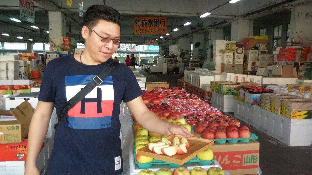 簡姓果商說現場水果呷免驚,是韓國果商配合韓國瑜夜宿舉辦的活動。記者林保光/攝影