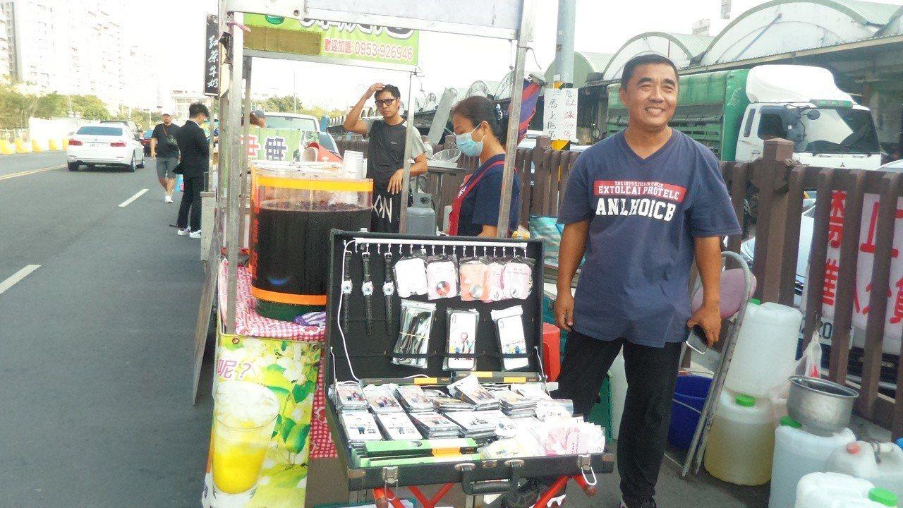 韓國瑜今晚夜宿高雄果菜市場,下午就有攤商在市場旁搶位。記者林保光/攝影