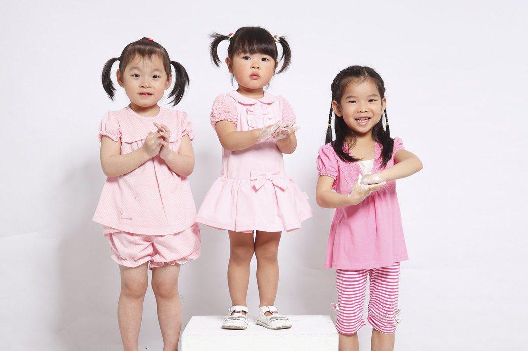 腸病毒再增2例重症,提醒元旦連假將至,拜訪親友的機會增加,接觸嬰幼兒應提高警覺,...