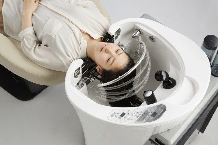 台灣百貨第一個「自動洗髮機」進駐微風南山atré。圖/微風提供