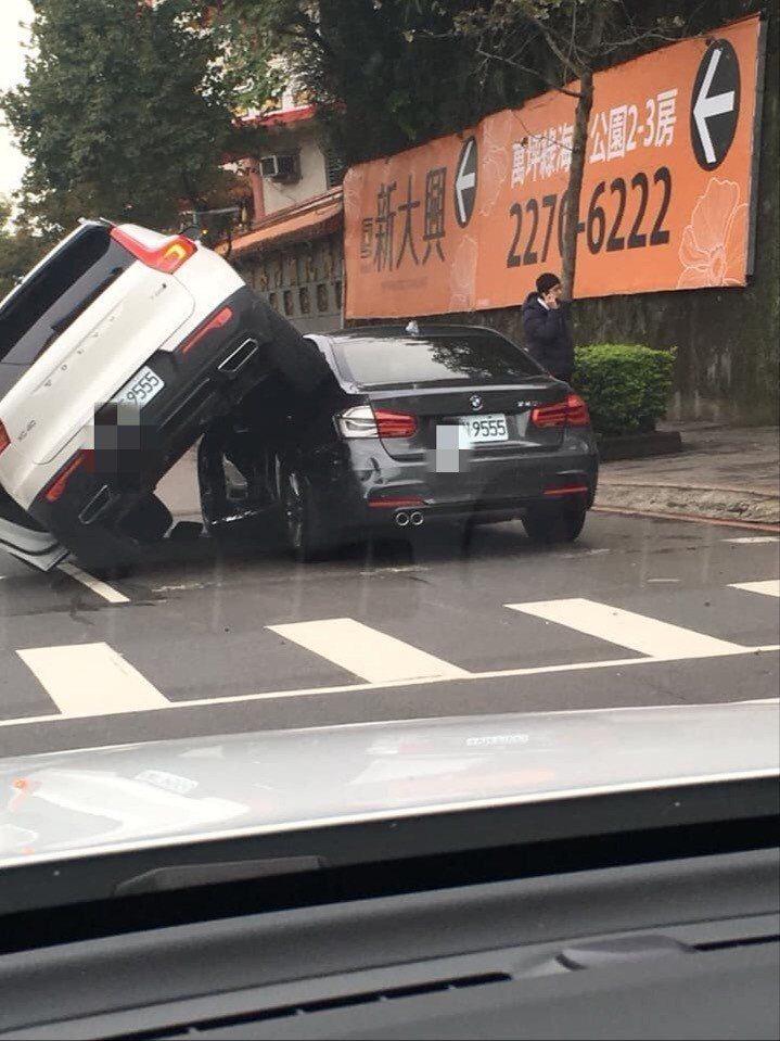 兩車車號都有「9555」。圖/翻攝自臉書社團「聯結車 大貨車 大客車 拉拉隊 運...