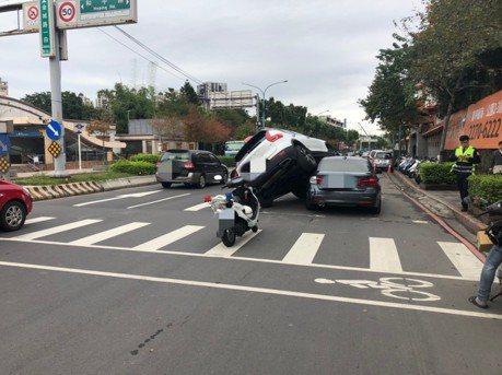VOLVO騎上BMW無人受傷 車牌都是「9555」引熱議